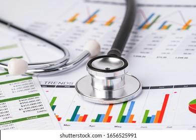 Stethoscope en el gráfico: finanzas, cuenta, estadística, economía analítica Concepto de negocio.