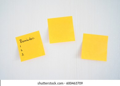 sticky note with empty reminder on wooden white board