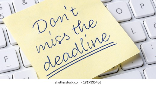 Sticky note on a keyboard - Dont miss the deadline