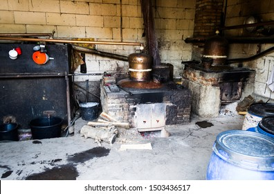 The still or distillation vessel is an installation used to distill liquids. It consists of a distillation boiler, placed on a fireplace, a cooling coil and a container for collecting the distillate.