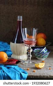 Stillleben mit Rotwein und Zitrusfrüchten