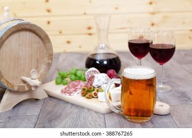 Stillleben mit Rotwein und ausgezeichnetem Essen (Shallow DOF).