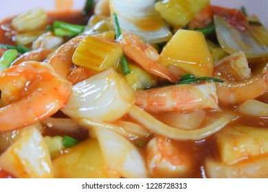 Stir fried seafood mixed (Stir fried seafood), thai food. Full screen yellow.
