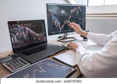 Börsenmarktkonzept, Business Investor Trading oder Börsenmakler, die eine Planung und Analyse mit Display-Screen durchführen und auf die präsentierten Daten verweisen und an einer Börse handeln.