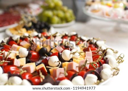 Шеф-повар холдинг пластины с ассорти канапе крупным планом Сток-фото ©