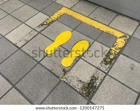 汚れ 足跡 黄色 標識 ストックフォト ©