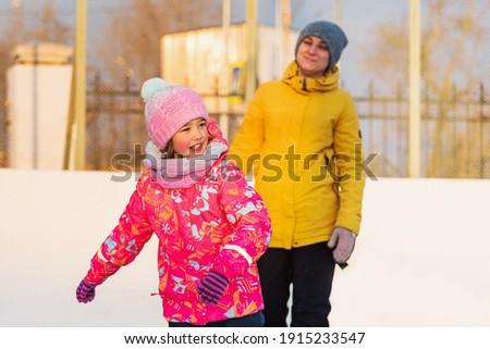 Мама с дочерью на катке, они дурачатся и весело проводят время. Сток-фото ©