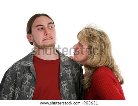 母亲设法给她青少年的儿子亲吻。 商业图片: 9