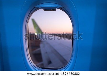 Airplane wings and beautiful scenery taken from inside the plane. Foto stock ©