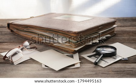 Albums with old family photos on a wooden table.  Foto stock ©