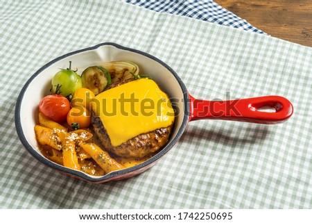 スキレットと焼きたてハンバーグステーキ  American dish hamburger steak ストックフォト ©