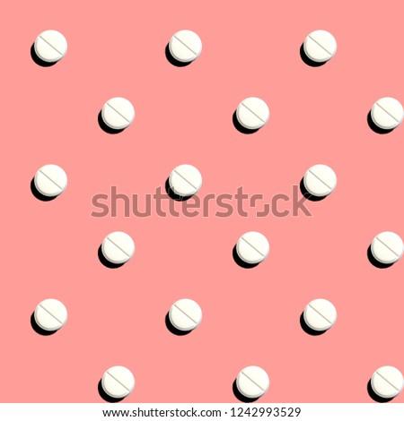 47/5000belyye tabletka, besshovnaya tekstura, rozovyy fonwhite tablet, seamless texture, pink background Zdjęcia stock ©