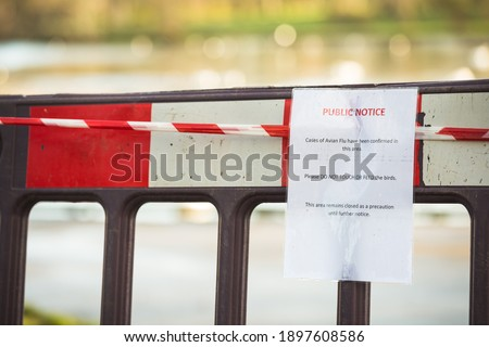 02,12,2020, Blackpool, England, Public Notice Cases of avian flu have been confirmed in this area. Please do not touch or feed the birds. This area remains closed. Sign infant of blocked park  Photo stock ©