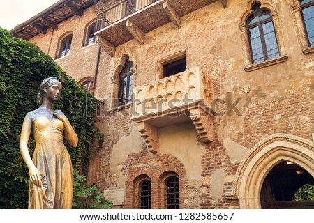 Photo of   Bronze statue of Juliet and balcony by Juliet house, Verona, Italy.