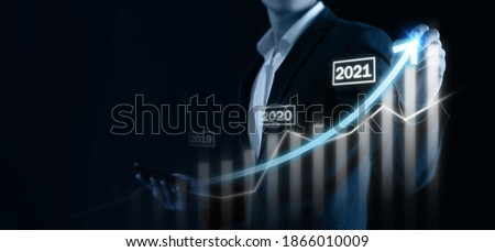 2021 business concept, business man try to predict economic by point and dragging the growth graph in year 2021 to make a benefit, profit, trend, market, success, grow up, turnover, financial,moeny Foto stock ©
