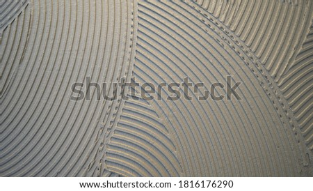 cementitious adhesive applied to the floor ready to receive the ceramic tile Foto stock ©