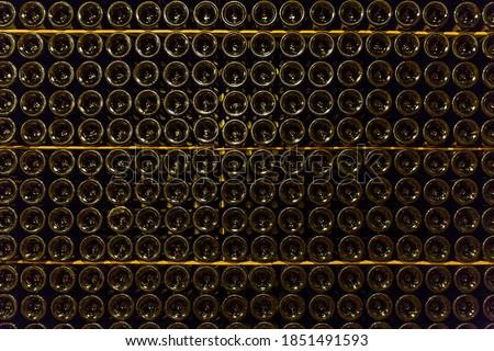 Close up of bottom of dark wine bottles with reflecting light in a bodega in Santa Maria del Cami, Mallorca  Foto stock ©