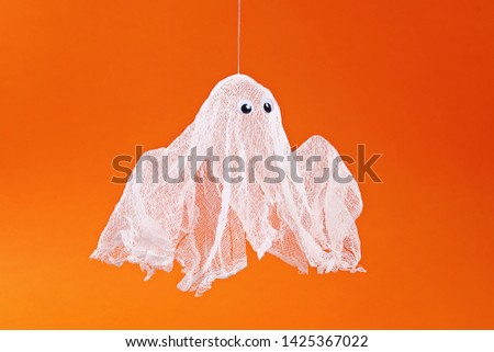 16 Diy Halloween ghost of starch and gauze on orange background. Gift idea, decor Halloween. Step by step. Top view. Process kid children Halloween craft. Workshop. Stockfoto ©