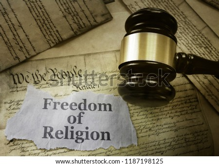 Freedom of Religion newspaper headline on a copy of the US Constitution with gavel                               Foto stock ©