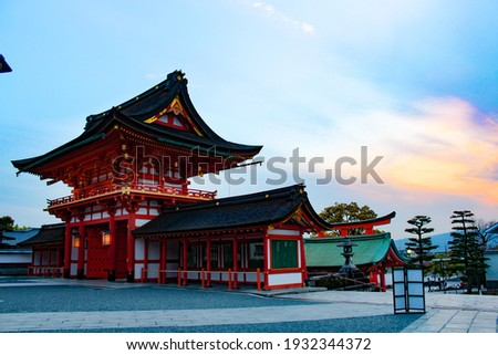 Fushimi Inari Shrine (伏見稲荷大社, Fushimi Inari Taisha) is an important Shinto shrine in southern Kyoto. It is famous for its thousands of vermilion torii gates, which straddle a network of trails behind 商業照片 ©