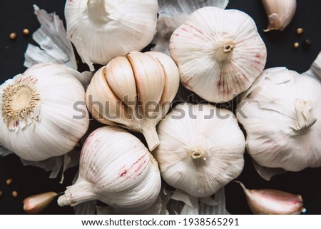 Garlic bulbs on black background, close-up. Organic garlic top view. Food background. Selective focus. Foto stock ©