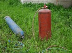Gas cylinder and oxygen cylinder