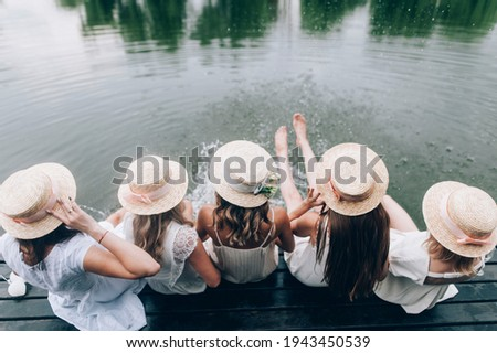 Girlfriends and bride celebrating bachelorette party before wedding with flowers and hats. Foto stock ©