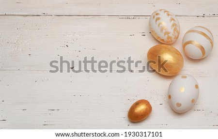 Golden Easter eggs on rustic old wooden background. Trendy Easter flat lay composition. Copy space for text. Minimal Easter concept.                                           Foto stock ©
