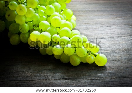 ,grapes on wood,