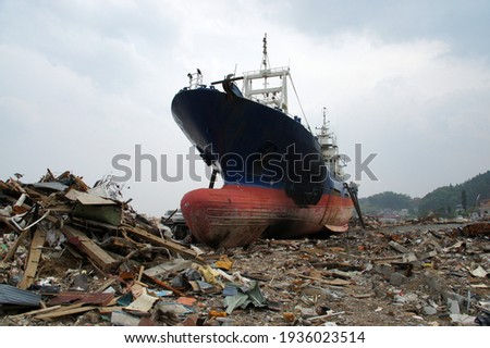 3.11 Great East Japan Earthquake A ship launched on land by the tsunami Foto stock ©