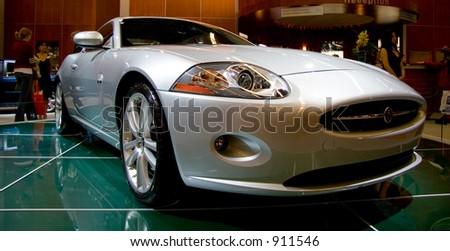 o jaguar 2006 XKR ostenta o carro