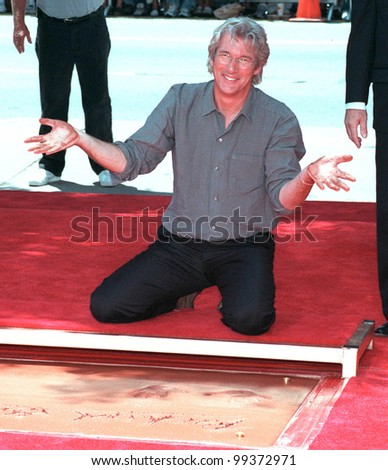 26JUL99: Actor RICHARD GERE at Mann's Chinese Theatre, Hollywood, where he had his hand & footprints set in cement.  Paul Smith / Featureflash