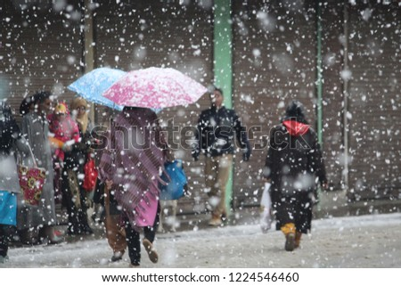 Kashmir receives season's first snowfall The snowfall, which began in the higher reaches of the Valley on Thursday, has considerably brought down the maximum temperature in Kashmir.  #1224546460