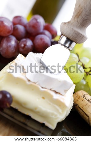 2 kinds of cheese with a cheese knife and grape