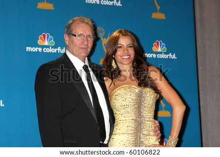 LOS ANGELES - AUG 29:  Ed O'Neill & Sofia Vergara in the Press Room at the 2010 Emmy Awards at Nokia Theater at LA Live on August 29, 2010 in Los Angeles, CA