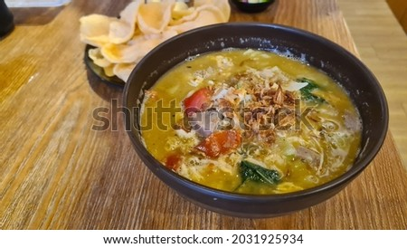 'Mie Tek Tek' is noddle that naming stems from the way the merchant goes around while ringing the bamboo as a sign that he is passing. Indonesian food. Stok fotoğraf ©