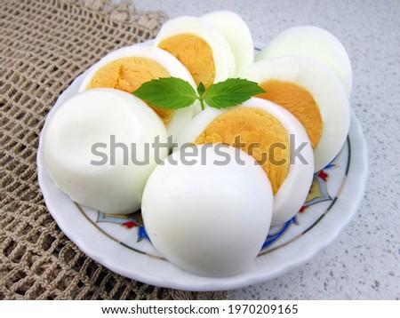Nane yaprağı ve beyaz ahşap masa ile haşlanmış yumurta                    Stok fotoğraf ©