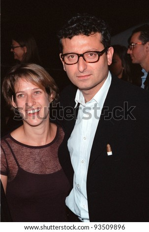 """03NOV99: Director GARY SINYOR & wife JODIE at Los Angeles premiere of his new movie """"The Bachelor"""" which stars Chris O'Donnell & Renee Zellweger.  Paul Smith / Featureflash"""