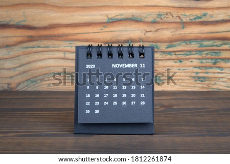2020 NOVEMBER. Black paper calendar on a wooden table. Time planning, day counting and holidays Foto stock ©