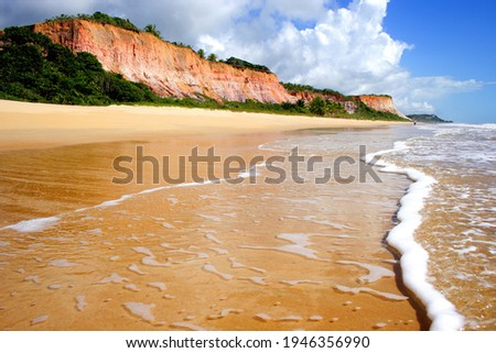 Praia do Taípe, povoado de Trancoso. Faz parte do roteiro da Costa do Descobrimento. Foto stock ©