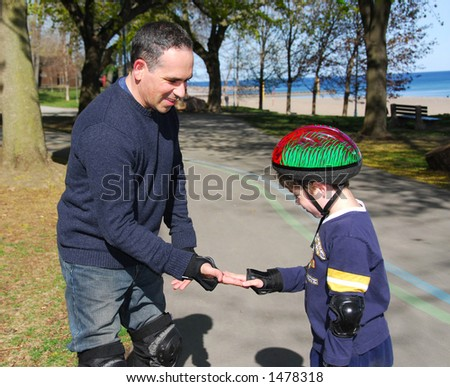 一緒にrollerblad ing 父及び息子 - stock photo