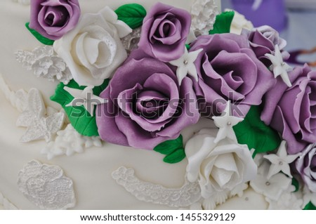 roses to decorate cake made with fondant