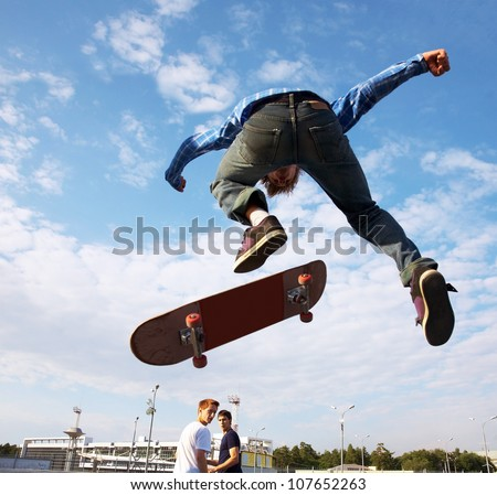 Skater jumps high in air under  extrem-park