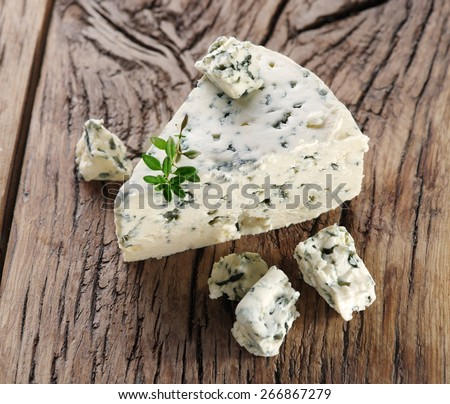 Slices of Danish Blue cheese on an old wooden table. ストックフォト ©