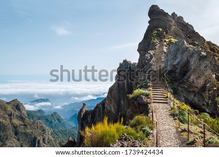 'Stairs to heaven' - Breathtaking view at famous mountain footpath from Pico do Arieiro to Pico Ruivo on the Portuguese Madeira island. Trekking Around the world traveling with kids concept image. Foto stock ©