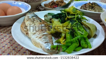 Steamed food Steamed fish, steamed green vegetables In the same dish. #1532838422