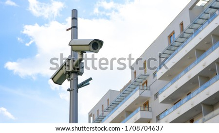 Surveillance camera on the background of a residential building in the concept of safety and security. Foto stock ©