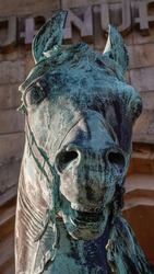 The head of the horse in the form of a monument