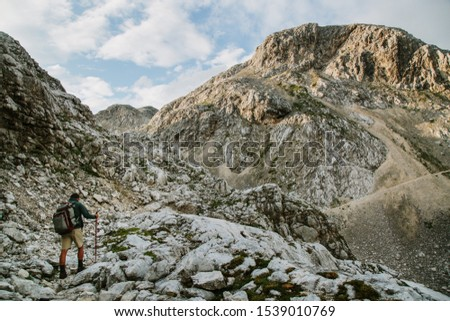 The hiker walks to the mountain