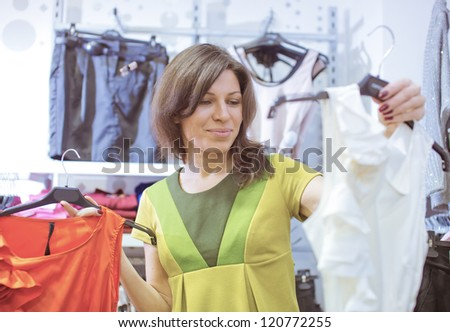 The in shop tries on clothes
